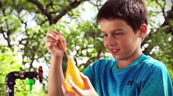 Briljant: waterballonnen die zichzelf dichtknopen