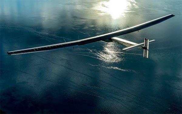 Op zonne-energie de wereld rond met dit futuristische vliegtuig