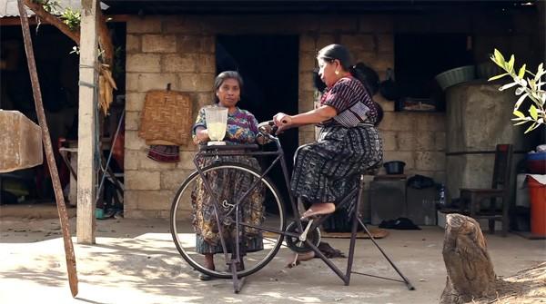De fantastische gerecyclede fietsmachines van Maya Pedal
