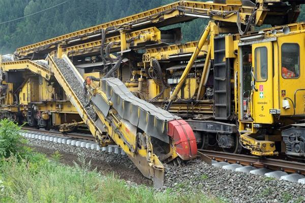 Deze ontzagwekkende machine bouwt vrijwel zelfstandig een treinspoor