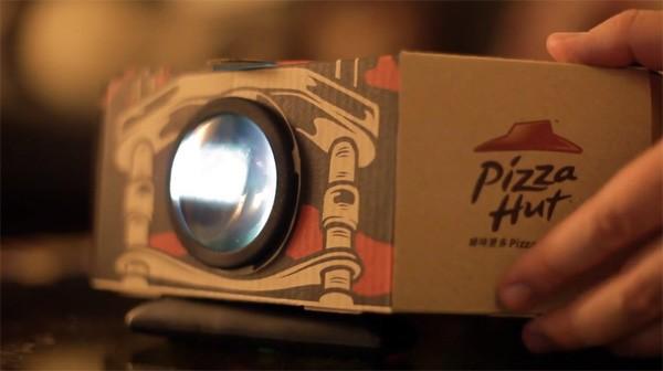 De nieuwe pizzadoos van de Pizza Hut functioneert tevens als beamer