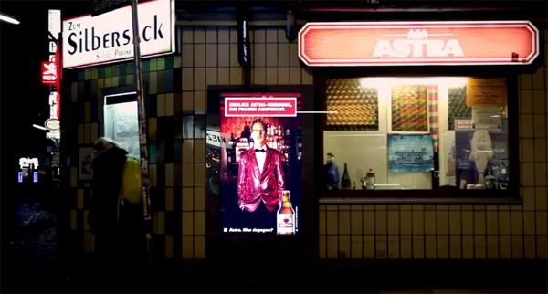 Leuk idee: een reclamebord dat alleen zijn best doet als er vrouwen kijken