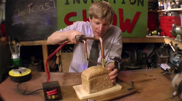Uitvinder Colin Furze bouwt een mes dat brood roostert tijdens het snijden
