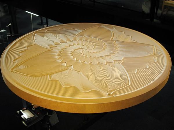 Sisyphus: een installatie die met metalen ballen oogstrelende zandtekeningen maakt