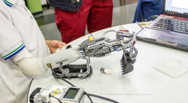 Geweldig: een armprothese die uit te breiden is met LEGO
