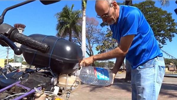 Inventieve Braziliaan bouwt een motor die rijdt op water