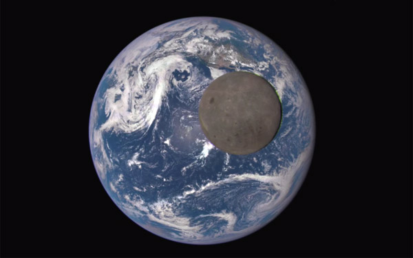 Indrukwekkend De Maan Die Aan De Aarde Voorbijtrekt