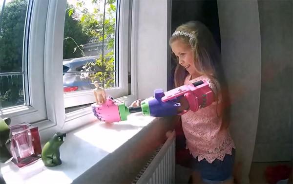 Mooi om te zien: dit 9-jarige meisje ontvangt een prothese uit de 3D-printer