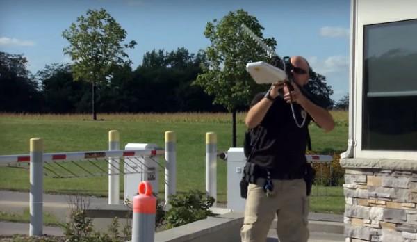 De DroneDefender schakelt drones uit met radiogolven