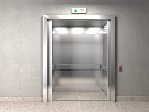 Wat je moet doen als je lift in een vrije val geraakt