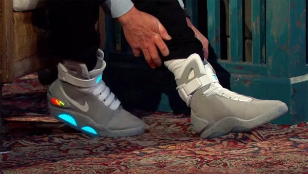 De zelfstrikkende schoenen uit Back to the Future gedemonstreerd door Michael J. Fox