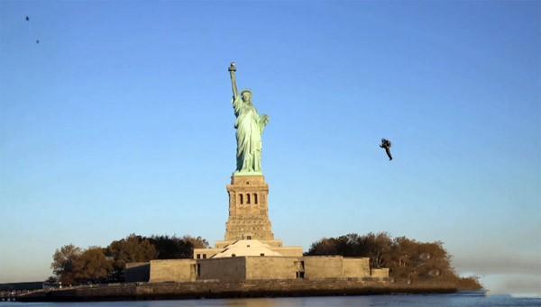 Prachtige beelden van een jetpack bij het Vrijheidsbeeld