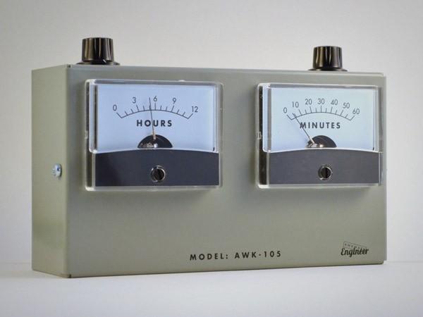 Oud wordt weer nieuw: een analoge voltmeter als klok