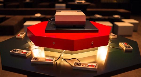 Dit systeem laat acht mensen Super Mario in 360-graden spelen