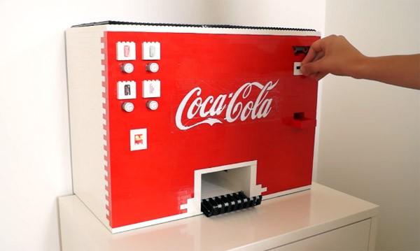 Een werkende Coca-Cola frisdrankautomaat van LEGO