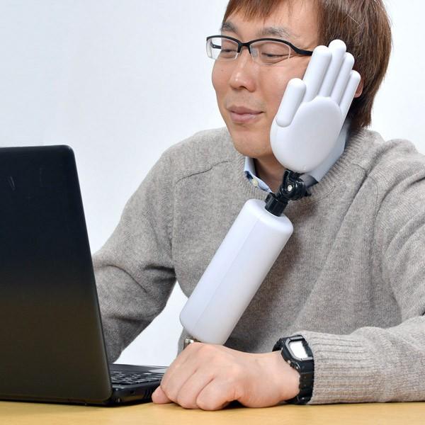 Bizar: een extra arm voor tijdens je kantoorbaan