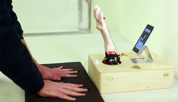 Deze robot bepaalt via je zweethanden wie je leuk vindt op Tinder