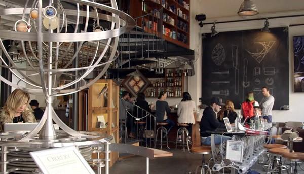 Otto: een robot die met krijt een cafémuur versiert