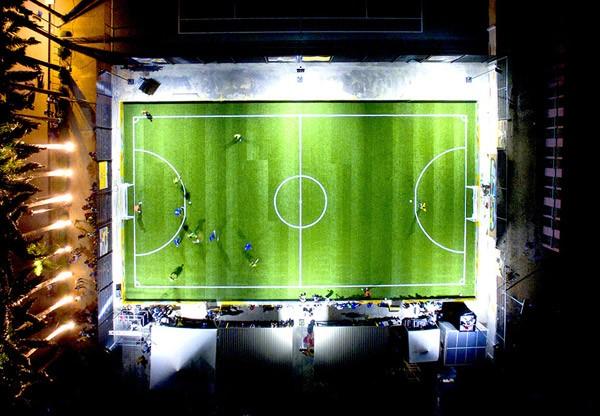 De lampen van dit voetbalveld krijgen elektriciteit van de spelers