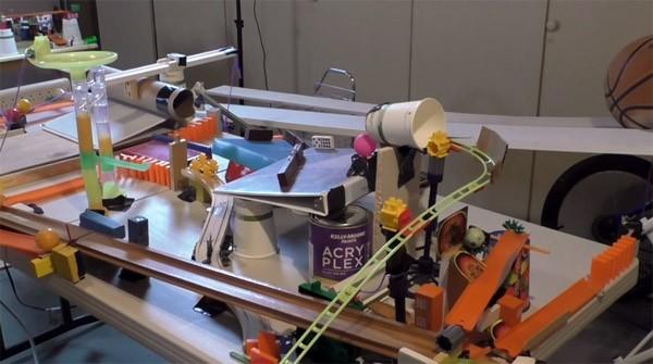 Rube Goldberg frisdrankmachine: eindeloos wachten op je cola