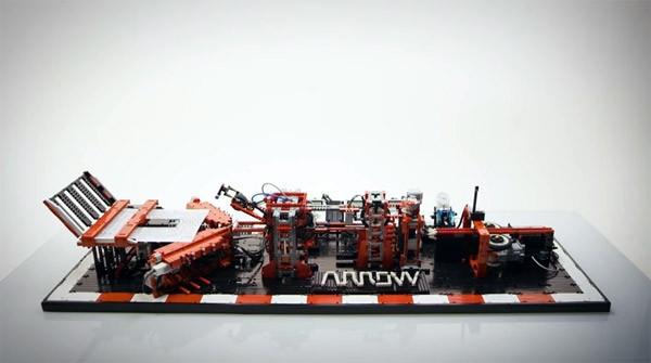 Deze gecompliceerde LEGO-machine vouwt papieren vliegtuigjes