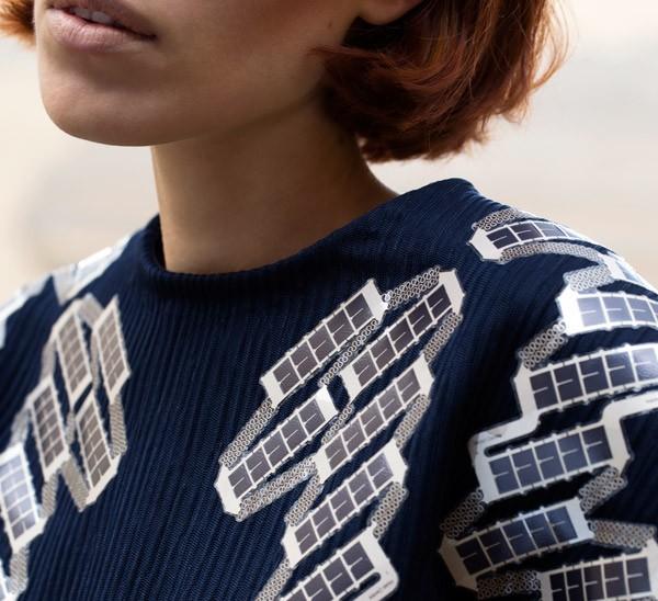 Dit t-shirt met zonnepanelen laadt in twee uur je smartphone op