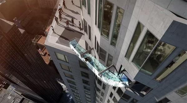 Skyslide: een glijbaan aan de buitenkant van een gebouw