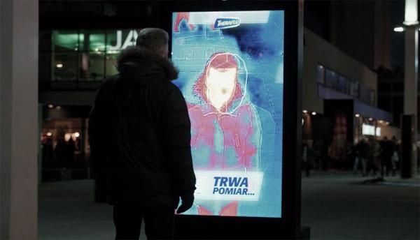 Dit reclamebord checkt of je koorts hebt
