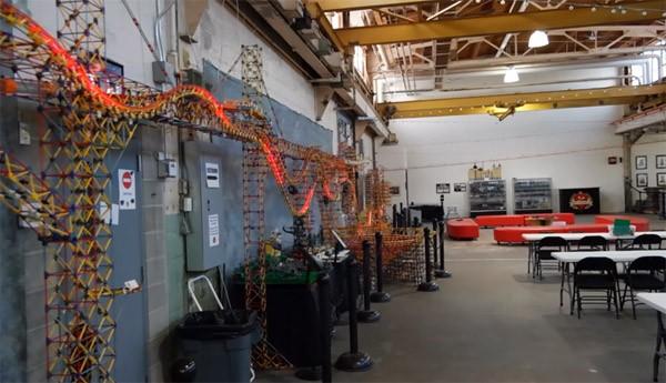 De grootste K'NEX ballenmachine heeft 126.000 onderdelen