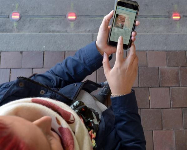 In Duitsland zijn er nu speciale stoplichten voor smartphonegebruikers