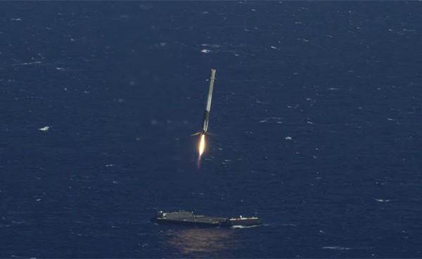 Aanschouw de landing van een SpaceX raket op zee