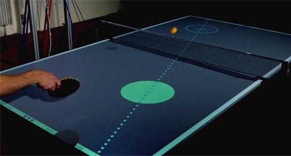Deze high-tech tafeltennistafel brengt je de kneepjes van de sport bij