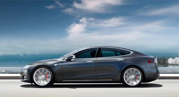 Enthousiaste oma is overdonderd als een Tesla zichzelf bestuurt