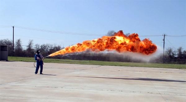 Wow: een vlammenwerper in 4K slow-motion