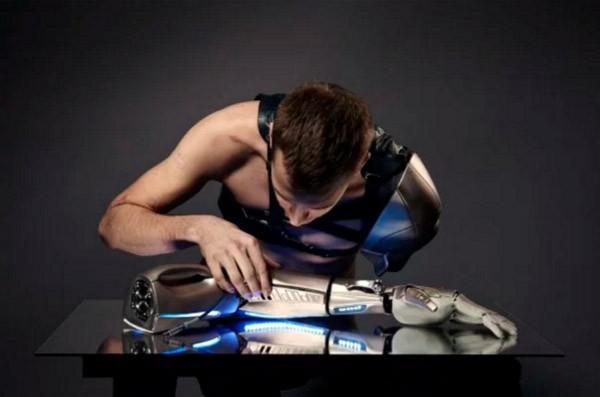Deze bionische arm heeft een USB-poort en LED-verlichting