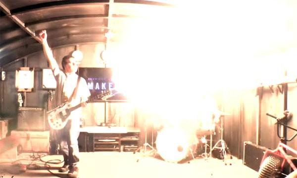 De vlammende gitaar en de rokende bas van Colin Furze