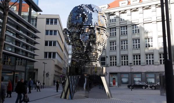 Dit elf meter hoge roterende hoofd is kunst op zijn best