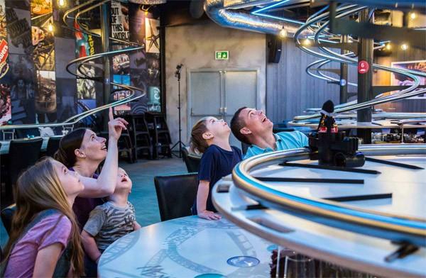 In het Rollercoaster Restaurant wordt je eten gebracht met een achtbaan