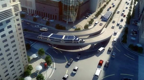 In China pakt men de verkeersdrukte aan met een bus die over auto's rijdt