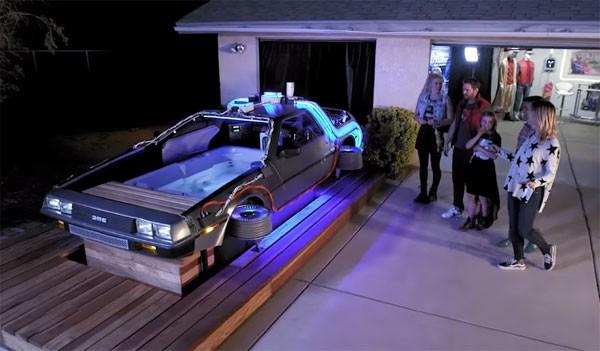 Een bubbelbad in de vorm van een lichtgevende DeLorean
