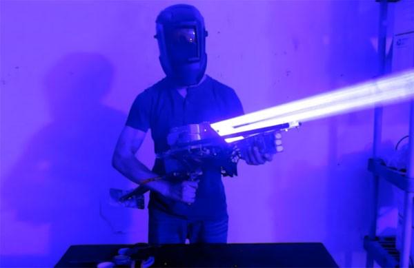 Een belachelijk sterke 200 Watt laser-bazooka