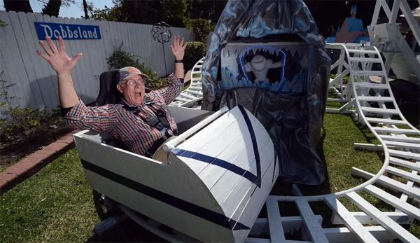 Enthousiaste opa bouwt pretpark in zijn achtertuin