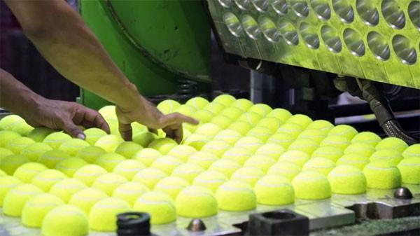 Een kijkje in een tennisballenfabriek