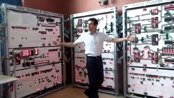 Gigantische computer doet niets anders dan Tetris spelen
