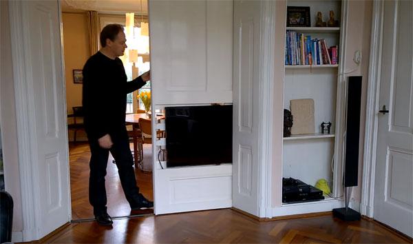 Slimme Nederlander bevestigt televisie in schuifdeur