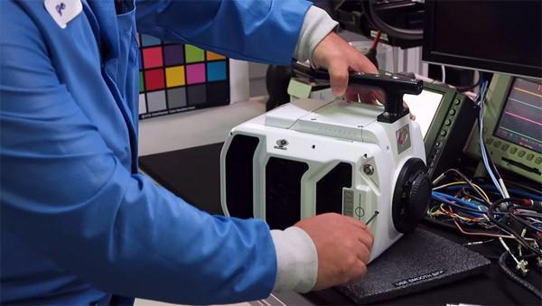 Een kijkje in de fabriek van de peperdure Phantom slow-mo camera's