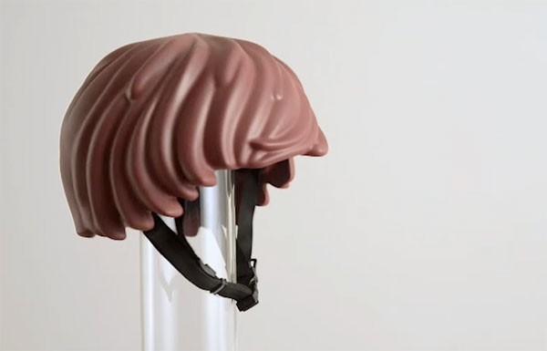 Een helm in de vorm van Playmobil-haar