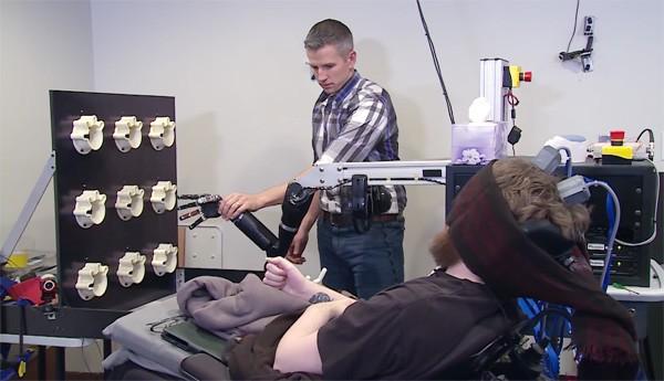 Verlamde Amerikaan kan weer voelen dankzij hersenimplantaat en nephand