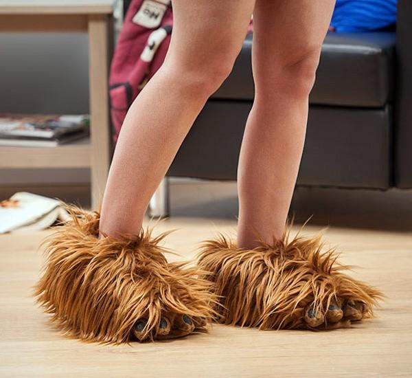 Deze Chewbacca-pantoffels maken Wookie-geluiden