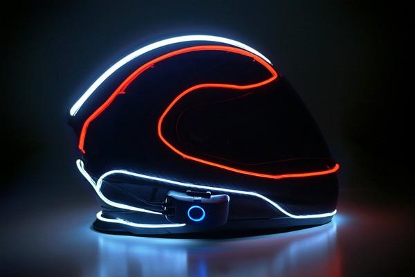 Val op tijdens het rijden met een lichtgevende motorhelm